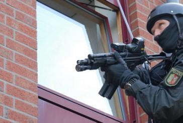 SEK Einsatz in NRW | 24-Jähriger bedroht SEK Beamte mit Messer