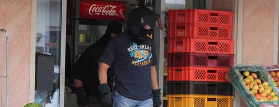 SEK Einsatz in Kreutzal   Polizei durchsucht Geschäft mit Spezialeinsatzkräften   + + + UPDATE + + +
