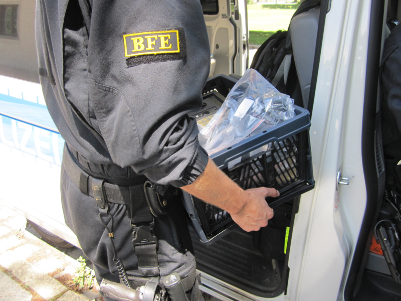 BFE beim Abtransport von Beweismitteln | Symbolfoto: Bundespolizei