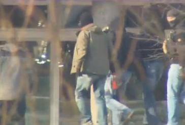 Beamte der GSG 9 verhaften Helfer der terroristischen Vereinigung NSU