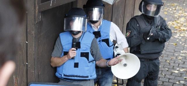 Verhandlungsgruppe mit Megaphon | Symbolfoto Polizei NRW
