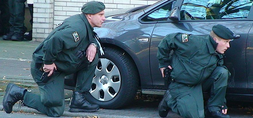 Polizeibeamte in Stellung vor der Bank | © Karsten John