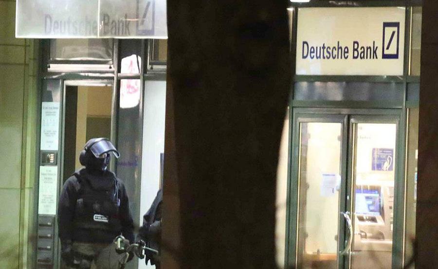 Polizeibeamte des SEK vor der Bank | Foto: © Th. Schröder