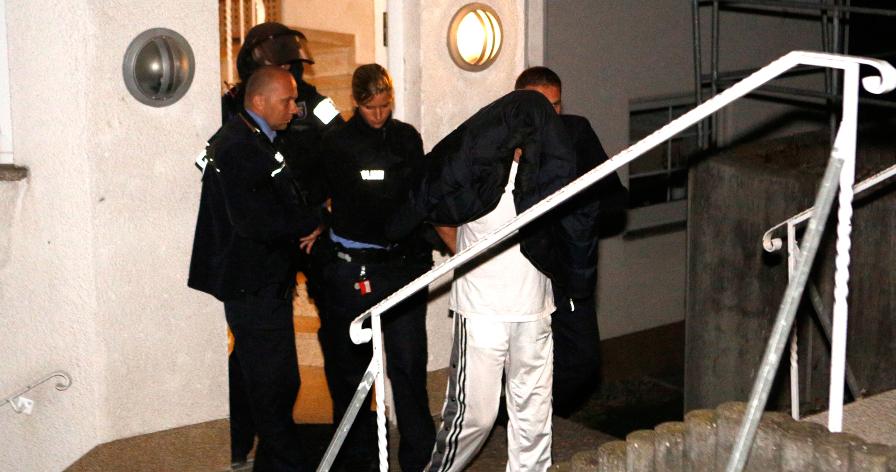 Der Täter wird von Polizeikräften abgeführt | Foto: © einsatzfotos.tv