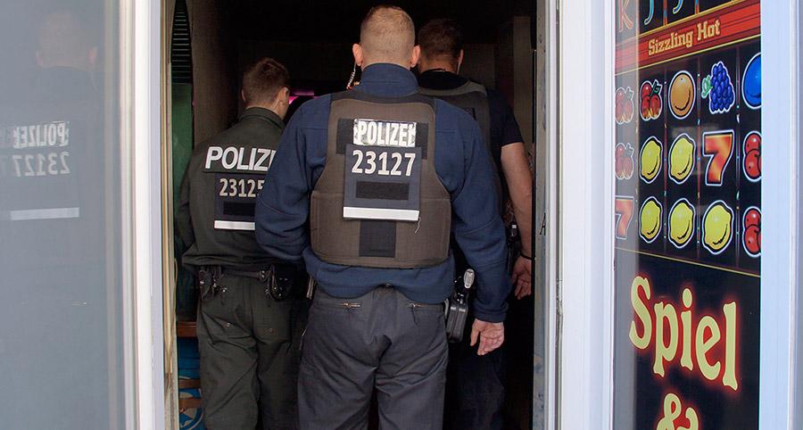 Polizeibeamte bei der Razzia in Neukölln | Foto: © Tomas Moll - fjmoll.de