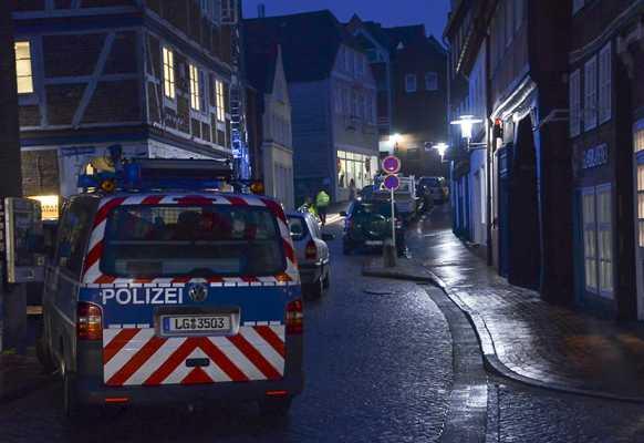Einsatzkräfte an der Bar in Stade   Foto: © Polizei