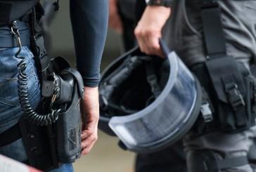 SEK Einsatz: Frau verbarrikadiert sich vor Gerichtsvollzieher in Wohnung