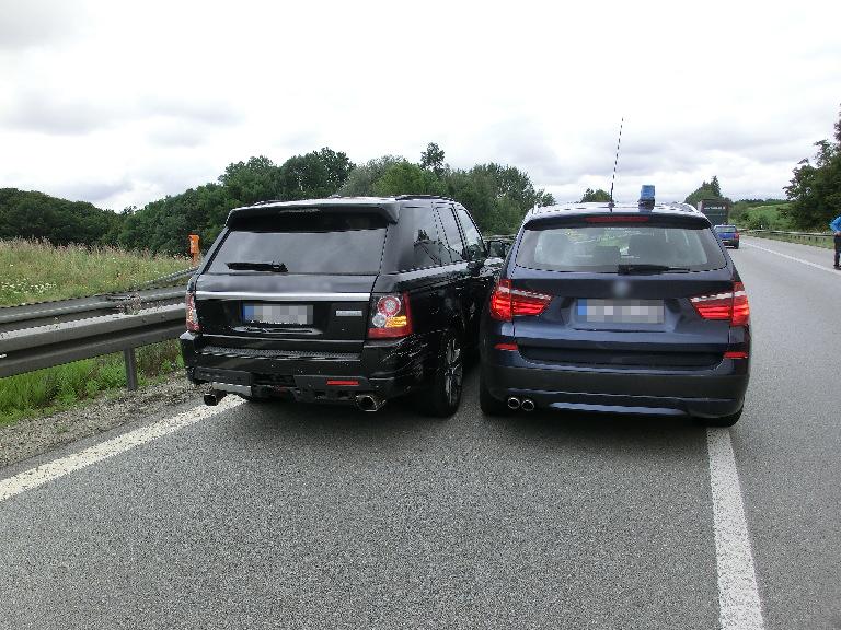 Fluchtfahrzeug Range Rover eingekeilt von der Polizei | Foto: © Polizei