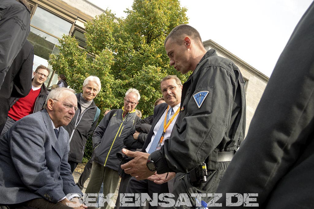 Bundesinnenminister Wolfgang Schäuble im Gespräch mit ZUZ Leiter Marco Müller | Foto: © Tomas Moll