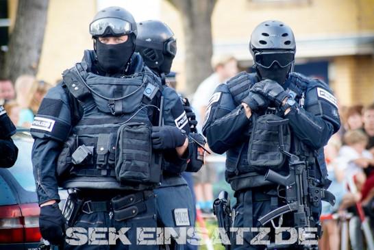 Polizei findet bei Wohnungsdurchsuchung Uniformen und Waffen