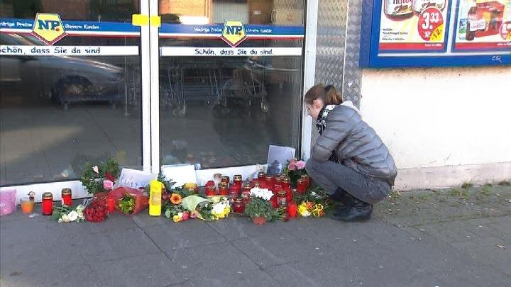 Die Freundin des getöteten Joey B. vor dem Supermarkt | Foto: © HannoverReporter.de