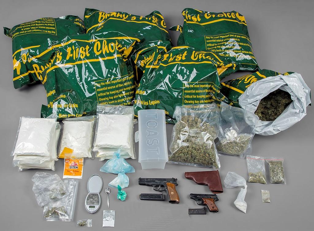 Die sichergestellten Drogen und Waffen   Foto: Polizei Berlin