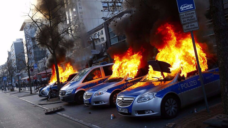 Polizeifahrzeuge brennen vor dem 1. Revier in Frankfurt | Foto: Polizei Frankfurt