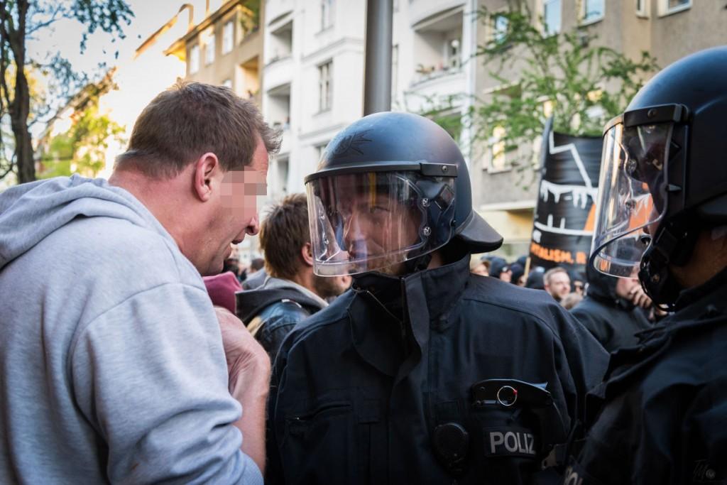 """Dieser Demonstrant versuchte lautstark den Polizisten """"klar zu machen"""", dass dies seine Demo sei."""