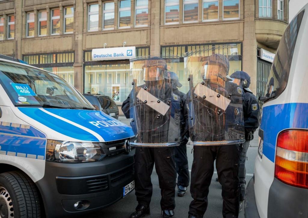 Bundespolizisten schützen eine Bankfiliale