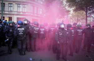 Einsatzkräfte der Polizei im Nebel von Rauchbomben | Foto: © Tomas Moll