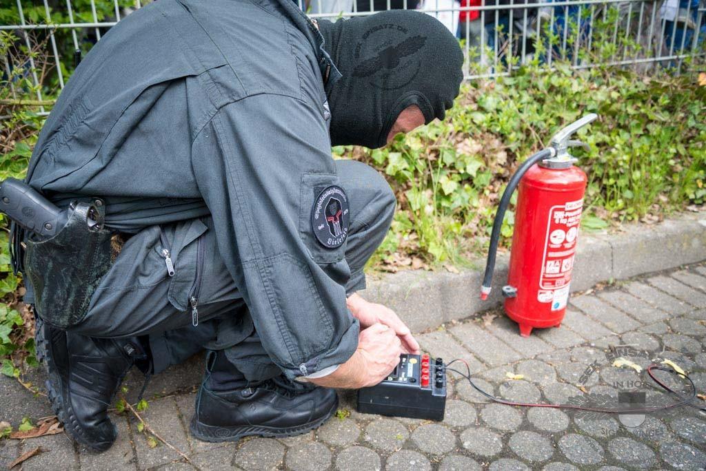 Ein SEK-Beamter bei der Vorbereitung zur Explosionsauslösung | Symbolfoto: © Tomas Moll