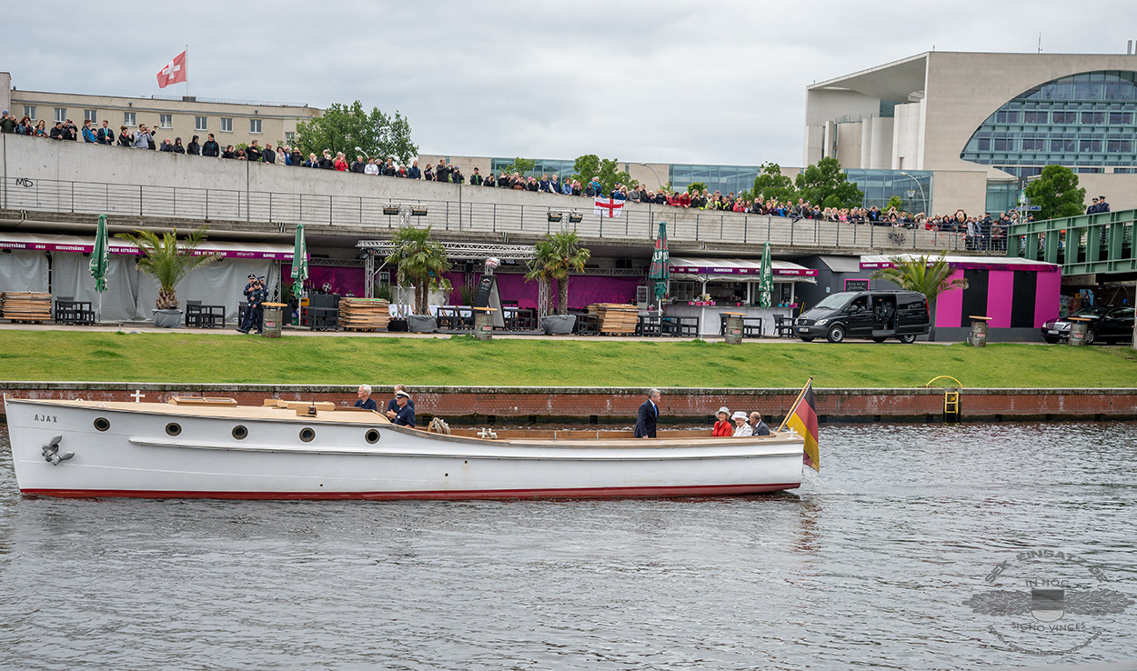 Beamte des SEK fuhren mit ihren Fahrzeugen am abgesperrten Süddufer parallel zum Boot der Queen | Foto: © www.fotojournalist.berlin