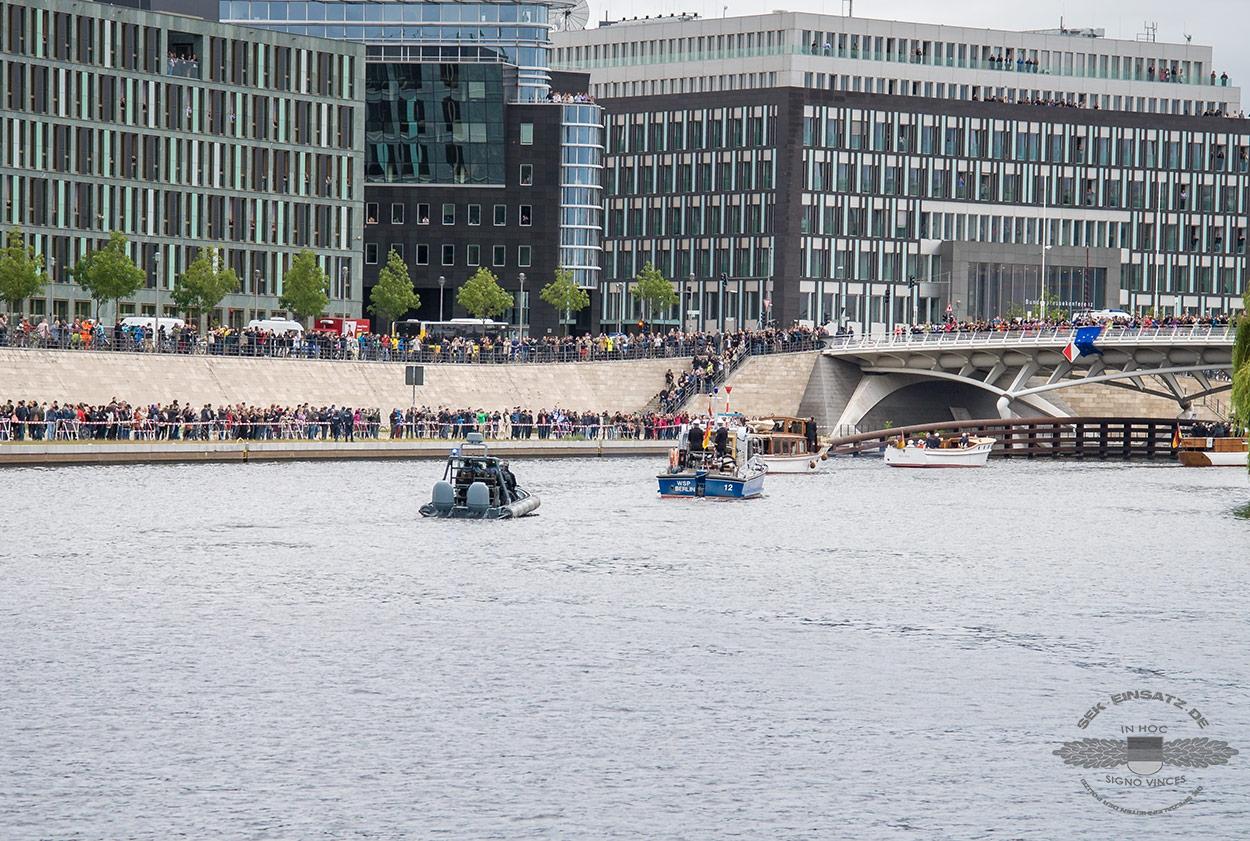 Mit dem Schlauchboot ging es der Queen hinterher | Foto: © www.fotojournalist.berlin