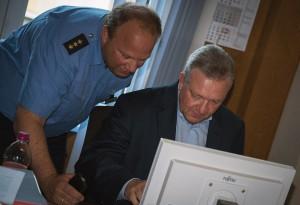 Polizeisprecher Stefan Redlich mit Innensenator Frank Henkel (v.l.) | Foto: Archiv © Tomas Moll