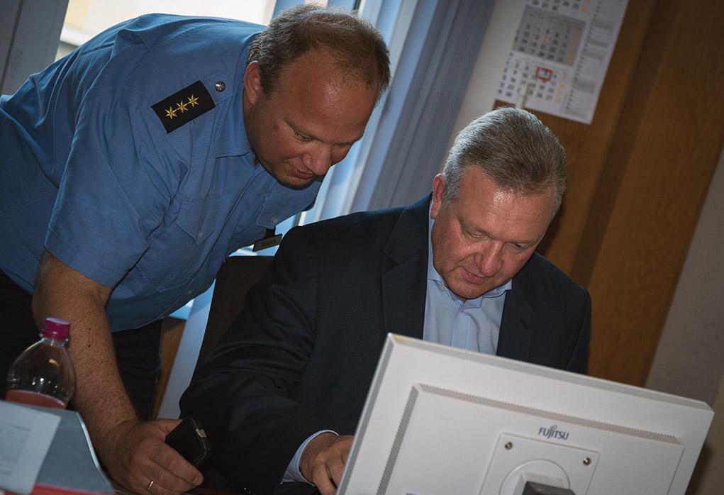 Polizeisprecher Stefan Redlich mit Innensenator Frank Henkel (v.l.) beim Twittermarathon.   Foto: Archiv © Tomas Moll