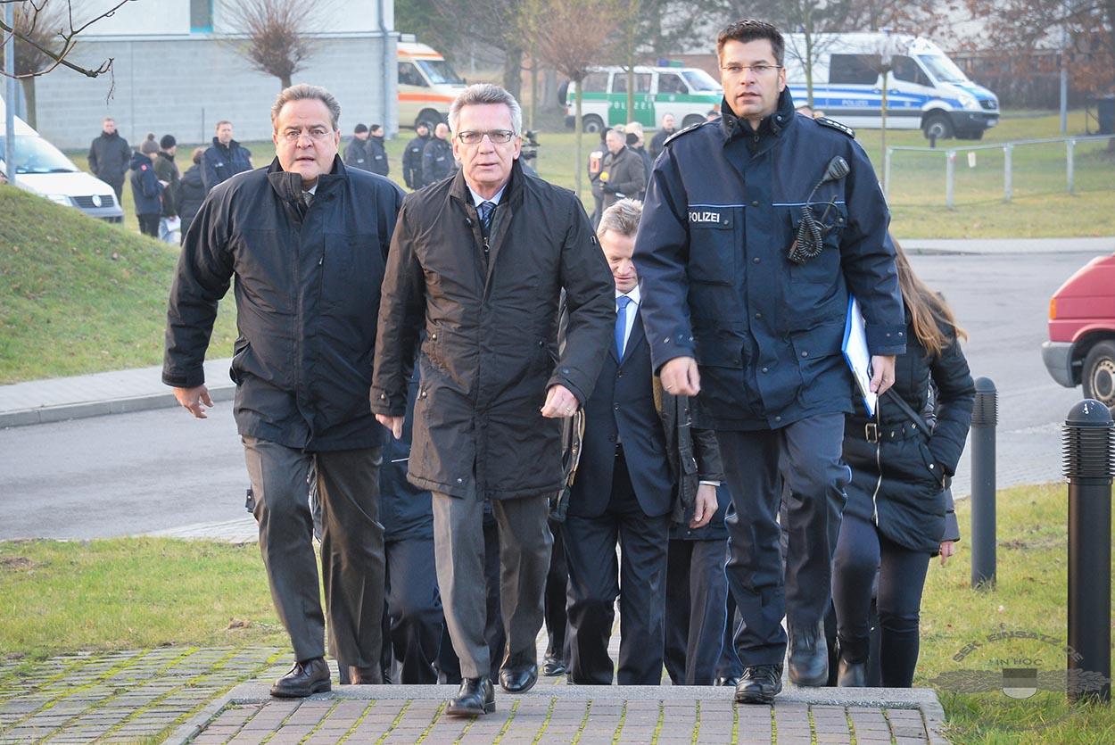 BPol Präsident Dieter Romann (links) und Bundesinnenminister de Maizière (mitte) | Symbolfoto: © Tomas Moll
