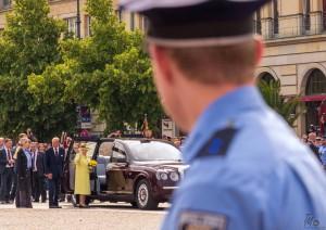 Die britische Queen zeigt sich am Brandenburger Tor, während Polizeibeamte den Bereich schützen | Foto: © Tomas Moll
