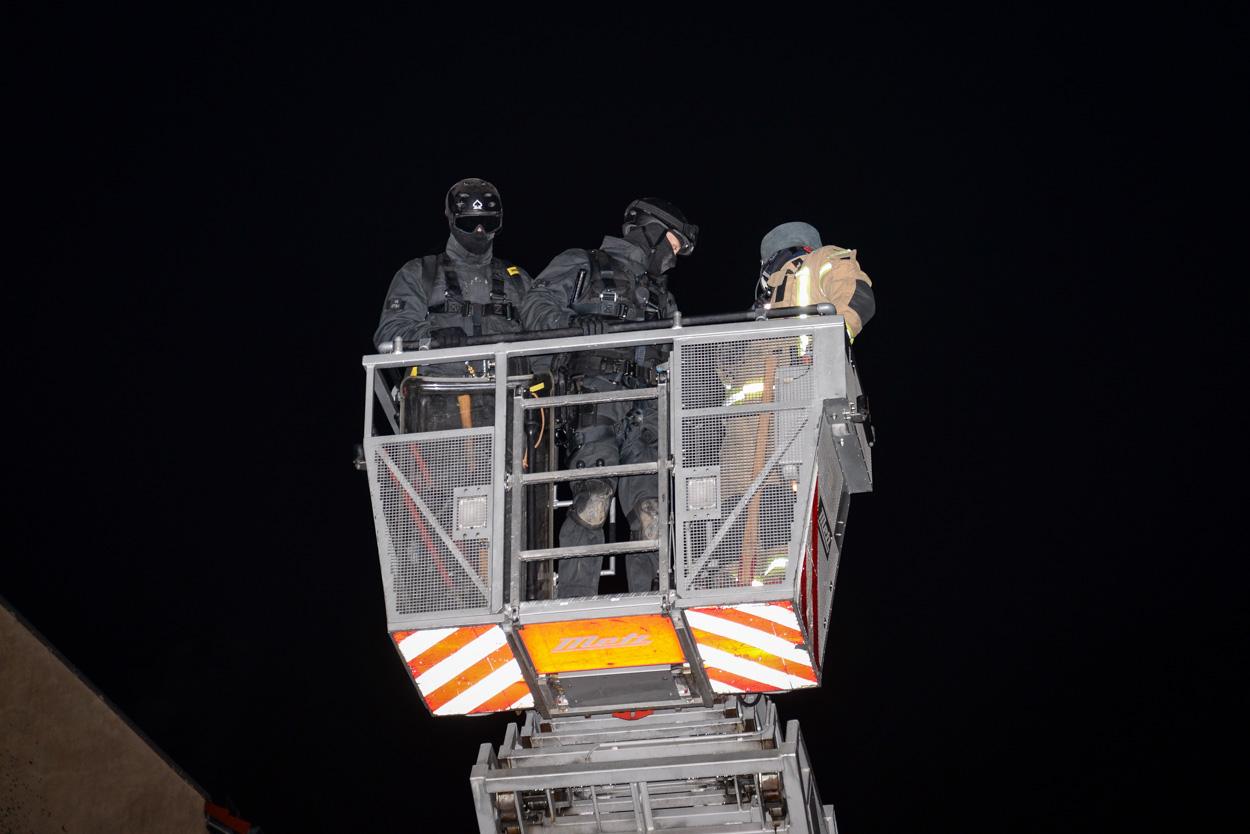 Mittels Drehleiter verschafften sich SEK Beamte auch Zutritt vom Dach des Hauses | Foto: © Tomas Moll