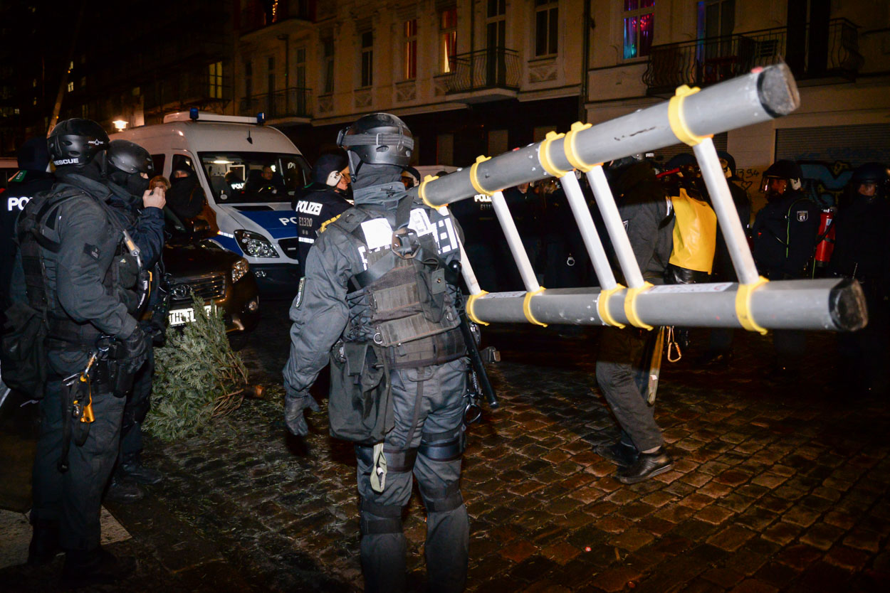 Die Polizei Berlin durchsuchte am 13.01.2016 in der Rigaer Straße mit einem Großaufgebot ein Wohnhaus der linksextremen Szene, um gefährliche Gegenstände aufzufinden. Foto: © Tomas Moll