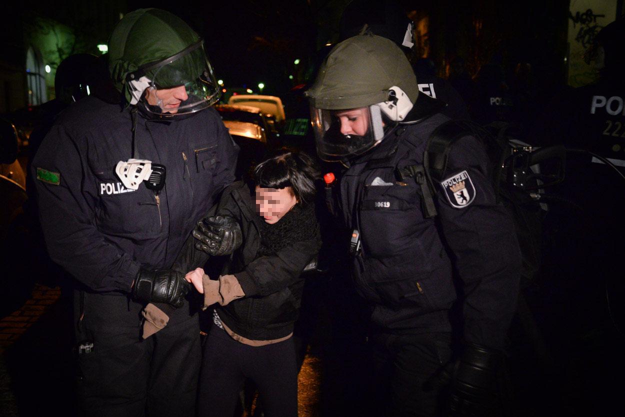 Eine junge Frau trat einem Beamten zwischen die Beine und wurde vorläufig festgenommen | Foto: © Tomas Moll