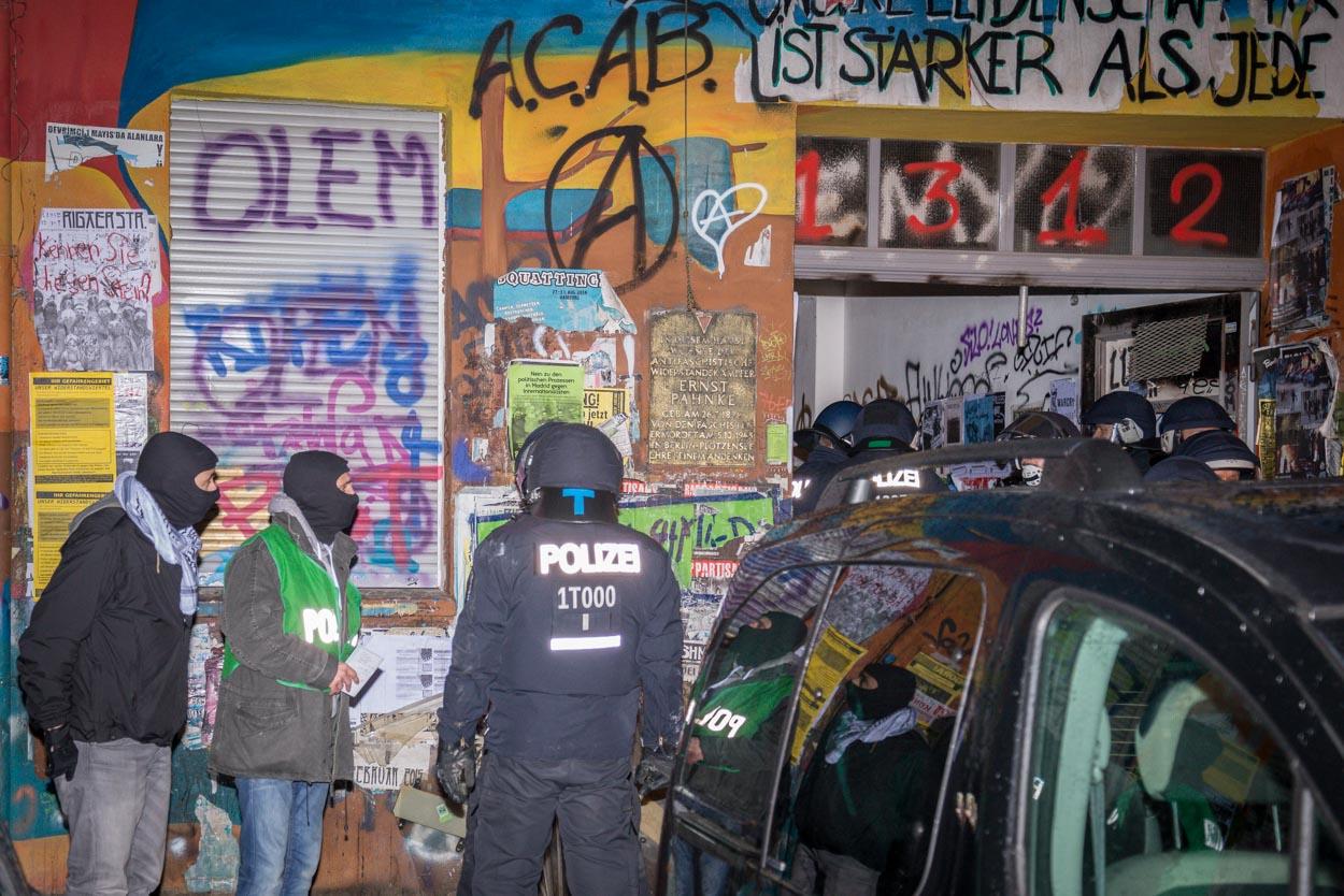 Polizeibeamte vor dem Haus an der Rigaer Str. am Mittwochabend | Foto: © Tomas Moll