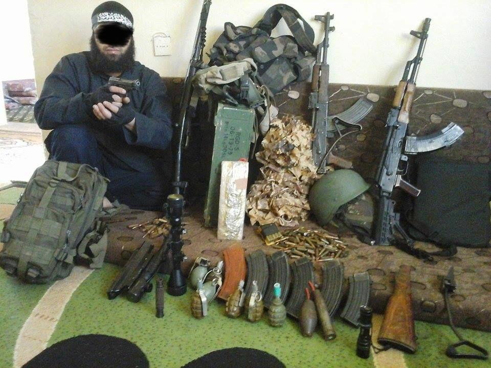 Bei dem Abgebildeten handelt es sich um den 34-jährigen Algerier, gegen den ein Festnahmeersuchen aus Algerien wegen des Verdachts der Mitgliedschaft in einer terroristischen Vereinigung besteht. | Foto: Polizei Berlin