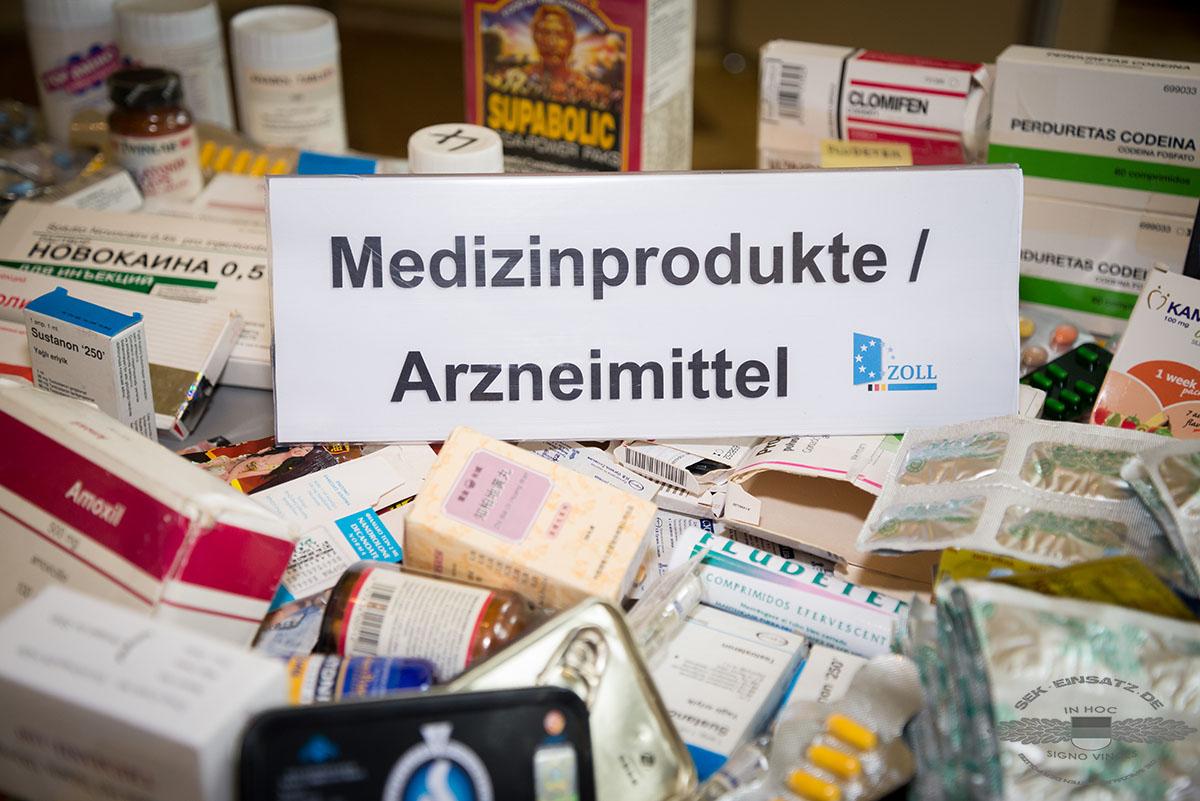 Sichergestellte Arzneimittelfälschungen liegen auf einem Tisch im Bundesfinanzministerium am 11.04.2016 in Berlin. Auf einer Pressekonferenz wird die Bilanz der Deutschen Zollverwaltung für das Jahr 2015 vorgestellt. Foto: © Tomas Moll