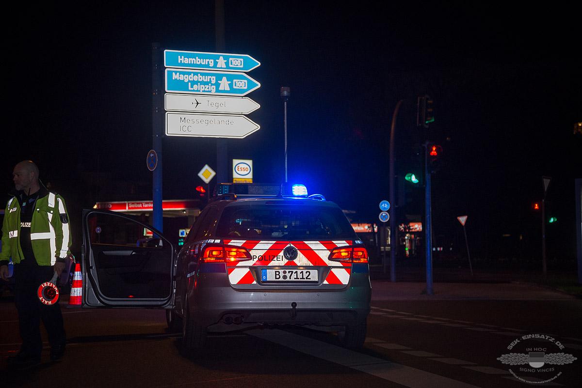 Ein Polizeifahrzeug steht am 13.04.2016 auf der Halenseestr. vor dem Großbordell Artemis in Berlin. Polizei und Zoll führen eine Großrazzia in dem Nobelbordell durch | Foto:  © Tomas Moll