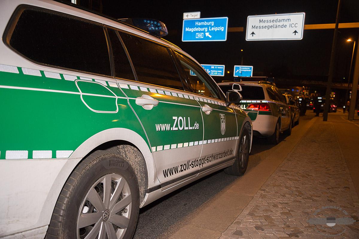 Zollfahrzeuge stehen am 13.04.2016 auf der Halenseestr. vor dem Großbordell Artemis in Berlin. Polizei und Zoll führen eine Großrazzia in dem Nobelbordell durch | Foto:  © Tomas Moll