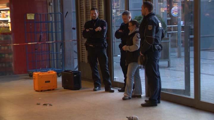 Polizeibeamte am abgesperrten Tatort im Hauptbahnhof Hannover | Foto: © HannoverReporter.de