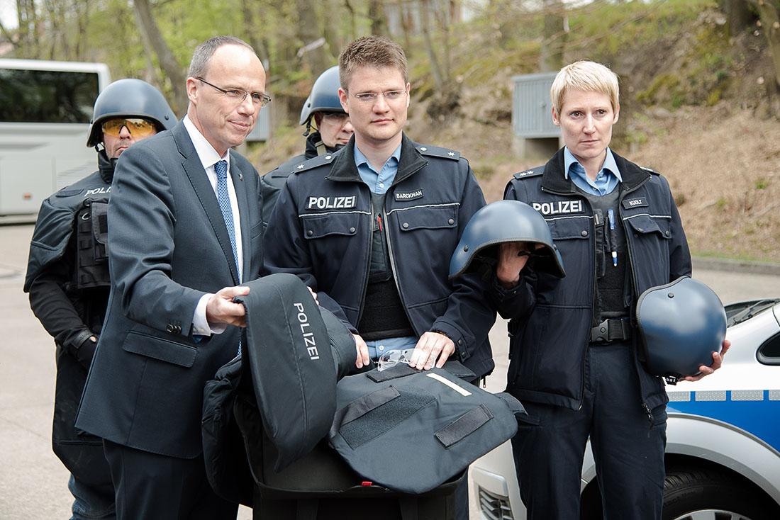 ulbrichts protection stattet hessische polizei mit titanhelmen aus sek einsatz. Black Bedroom Furniture Sets. Home Design Ideas