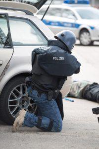 Ein Polizeibeamter mit Ulbrichts Titanhelm und Plattenträgersystemen gegen den Beschuss aus Langwaffen | Foto: © HMDIS