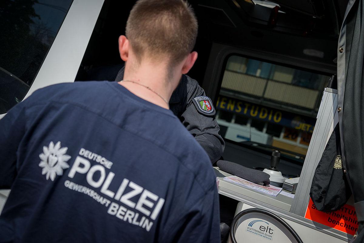 Angehörige der Deutschen Polizeigewerkschaft (DPolG) verteilen im Rahmen der Einsatzkräftebetreuung am 01.05.2016 in Berlin Erfrischungspakete an Einheiten aus NRW. Foto: © Tomas Moll