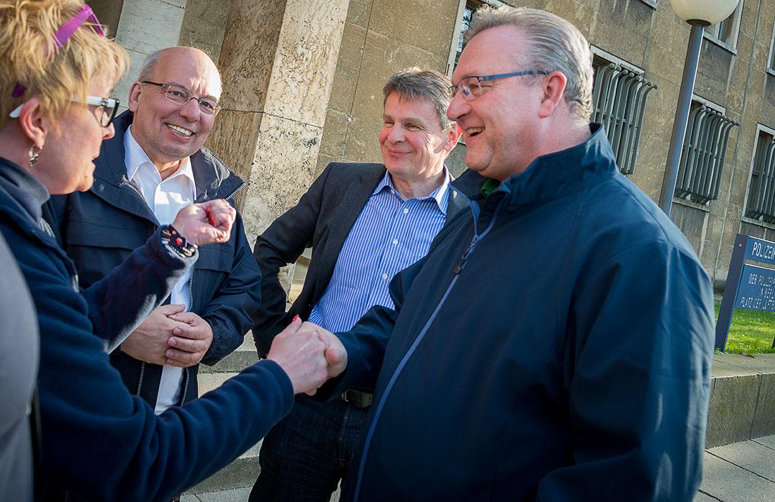 Innensenator Frank Henkel und Polizeipräsident Klaus Kandt empfange DPolG Helfer vorm PP Berlin | Foto: © Tomas Moll