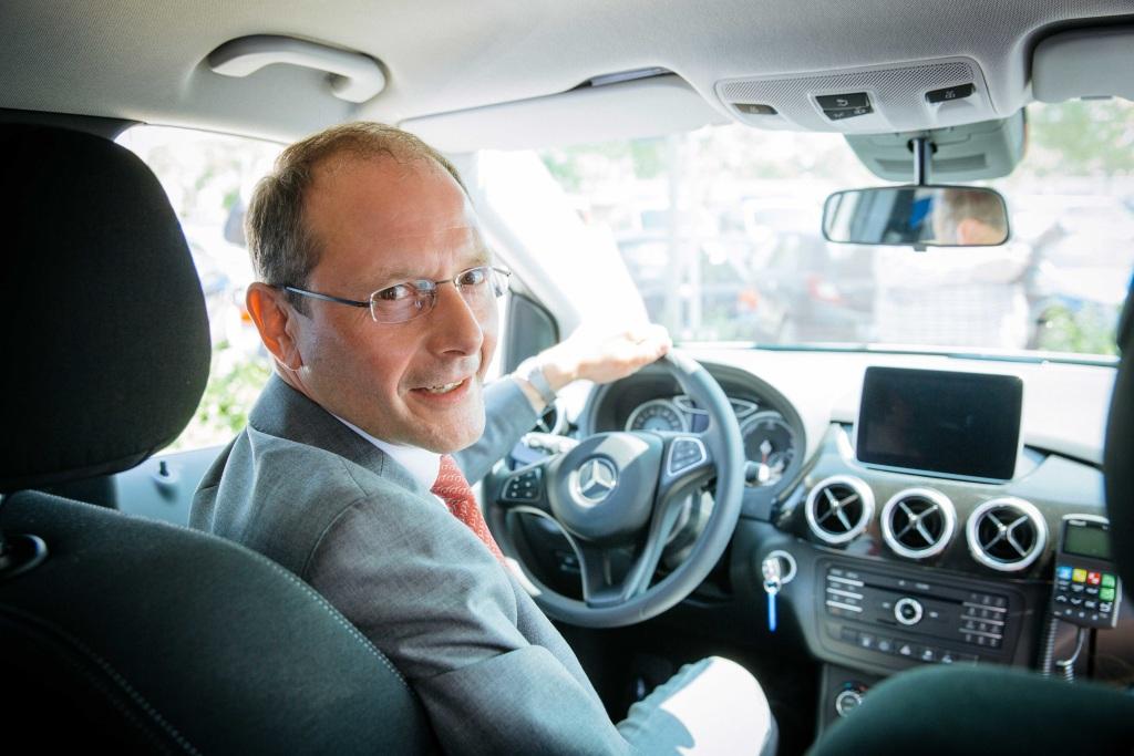 Sachsens Innenminister Markus Ulbig im Mercedes-Benz B-Klasse   Foto: © Daimler AG
