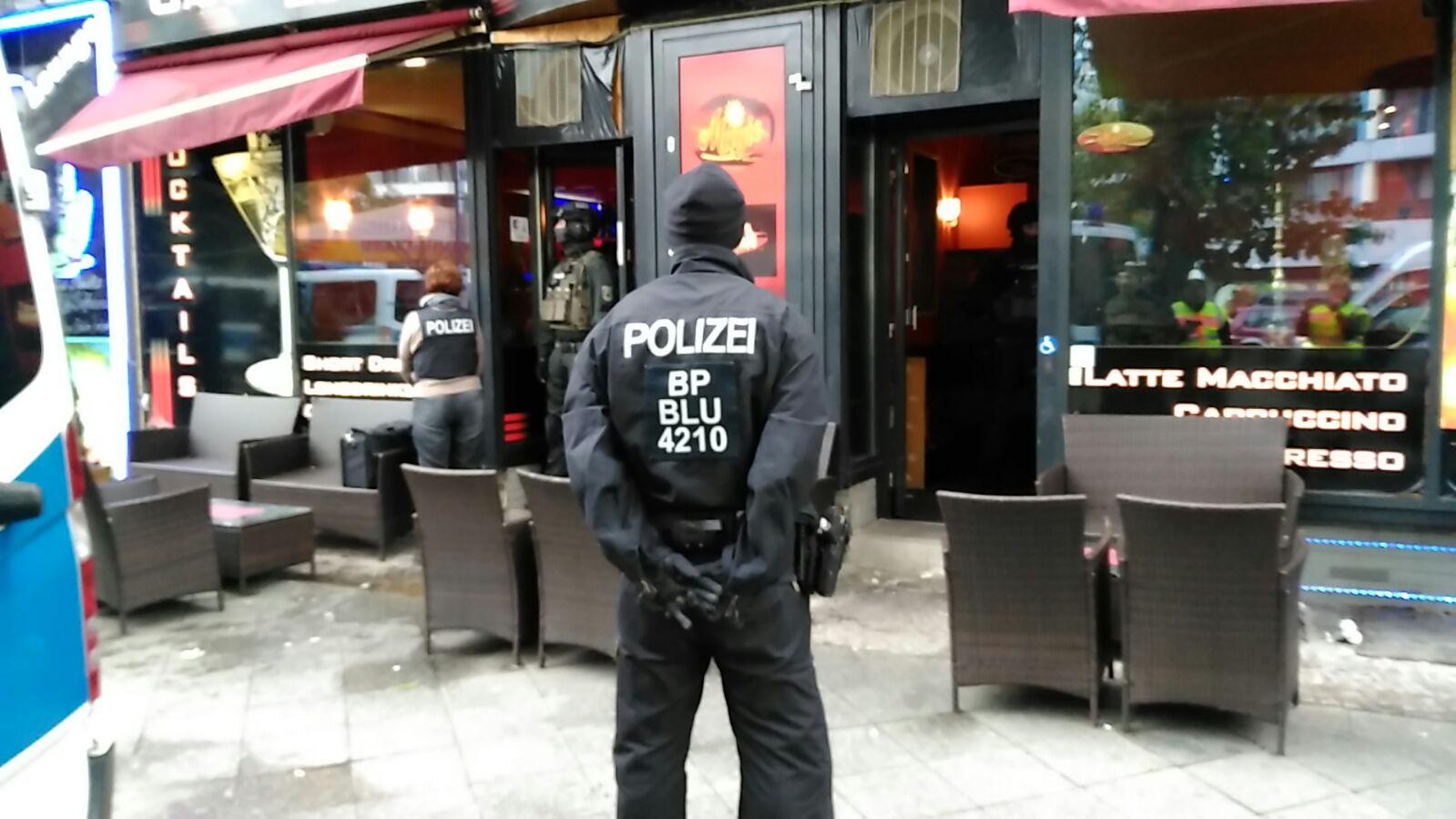 Bundespolizisten bei der Durchsuchung | Foto: BPol Berlin