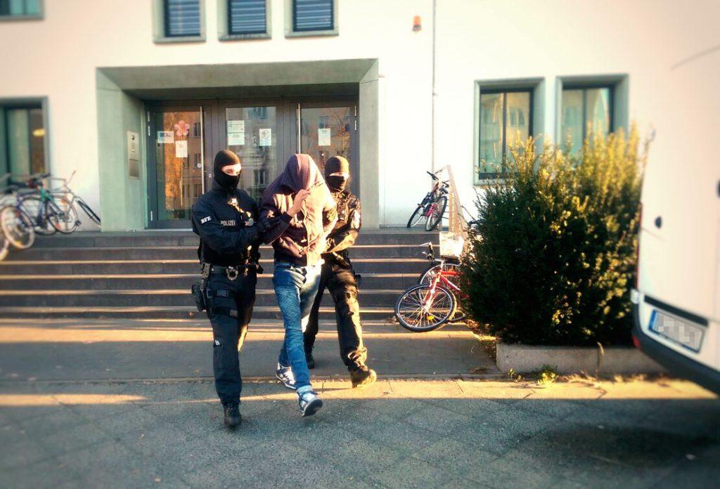 Beamte der BFE führen einen Festgenommenen in Berlin ab | Foto: © BPol
