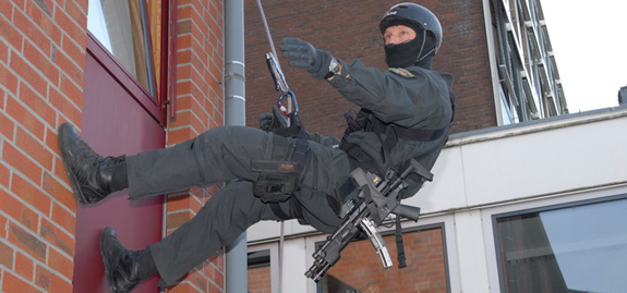 Ein SEK Beamter mit einer Maschinenpistole | Symbolfoto