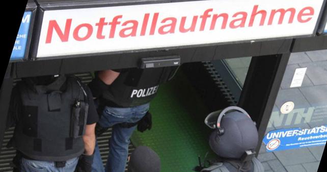 Symbolfoto: SEK Kräfte gehen in Klinikum | Foto: © Ralf Röger