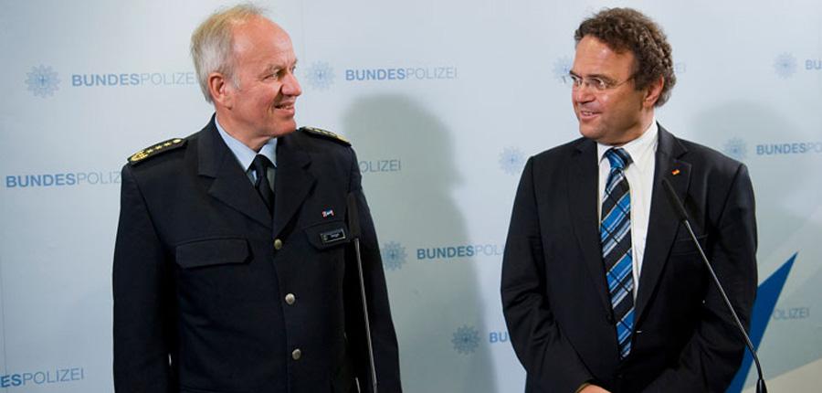 Matthias Seeger (links) und Bundesinnenminister Friedrich | © BMI/Hans-Joachim M. Rickel