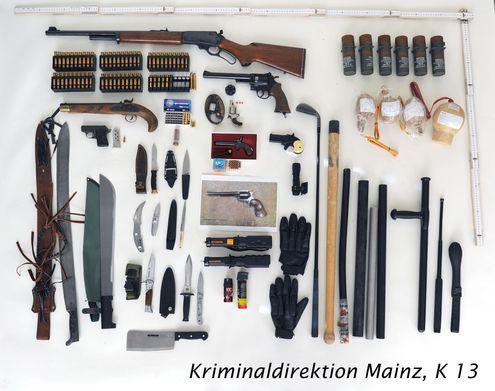 sichergestellte Waffen und verbotene Gegenstände | Foto: © Polizei Mainz