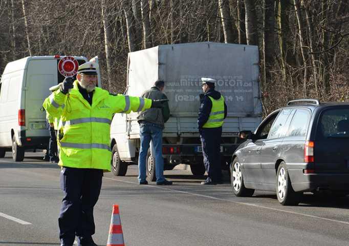 Polizeibeamte kontrollieren auf dem Werner Hellweg in Bochum | Foto: © Karsten John