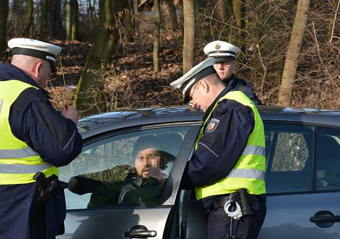 Polizeibeamte kontrollieren ein PKW auf dem Werner Hellweg in Bochum | Foto: © Karsten John