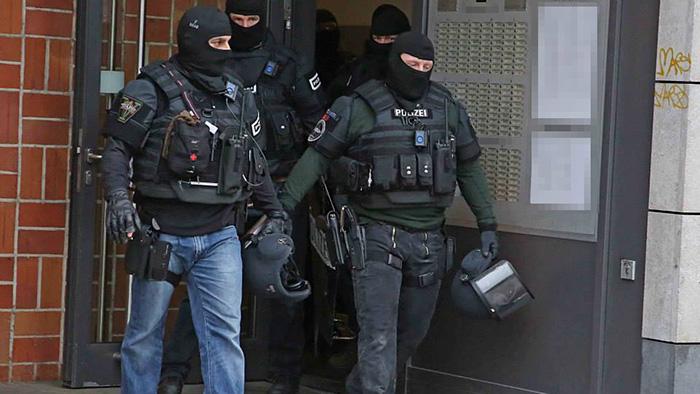 SEK Beamte kommen nach dem Einsatz aus dem Haus | Foto: © Th. Schröder